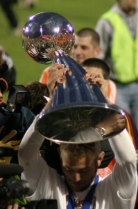 Brad_Davis_with_MLS_Cup_trophy_2006